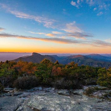 Beautiful sunset view of Table Rock from Hawksbill. Thank you leslie_restivo for the photo! Makes us want to go #takeahike.  #linvillegorgewilderness #linvillegorge #hawksbill #tablerock #discoverburkecounty #burkeout